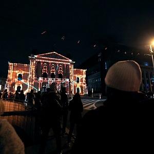 Videomapping přilákal před půlnocí na Silvestra desítky lidí.