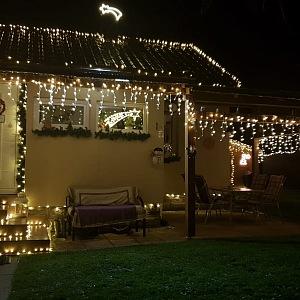 Dům svítí od šesti do desíti večer.