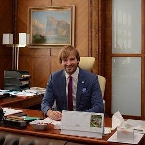 Adam Vojtěch ve své ministerské kanceláři.