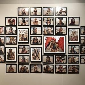 Výstava fotografií z festivalu BURNING MAN.