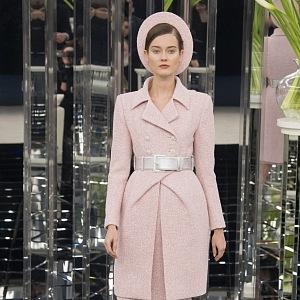 Růžový kabátek s páskem zvýrazní ženskou siluetu