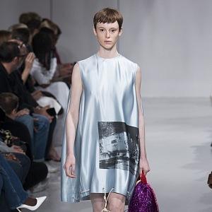 Oblečení se stylovým potiskem.