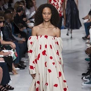 Šaty s krásnými květy.
