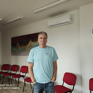 Adiktolog v terapeutické místnosti.