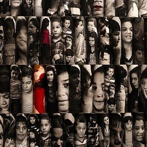 Černobílé fotografie romských dětí