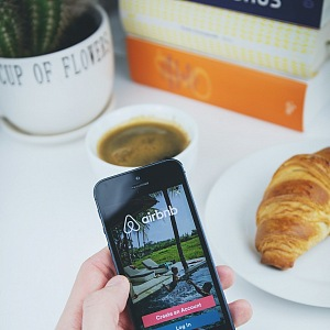 Mobil s aplikací Airbnb