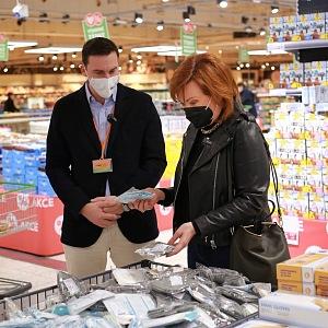 Alena Schillerová při kontrole v supermarketu.