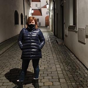 Alena Schillerová na procházce.