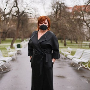 Alena Schillerová v parku.