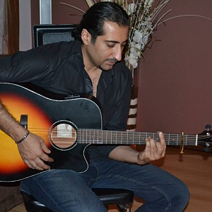 Ali Amiri hraje na kytaru.