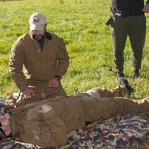 Amar při demonstraci první pomoci.