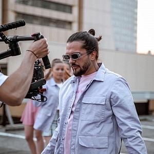 Zpěvák Amco během natáčení videoklipu.