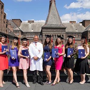 Antonín Pařízek se studentkami.