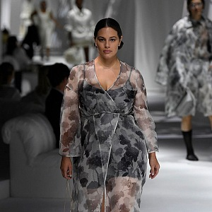 Ashley Graham v transparentním modelu Fendi SS2021