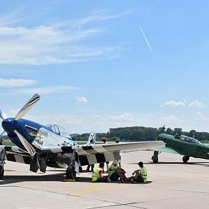 Křídla letounů sloužila jako ochrana proti slunci.