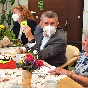 Andrej Babiš u stolu s důchodci.