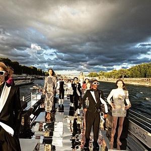 Modelky v šatech Balmain Haute Couture Fall 2020 na Seině