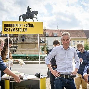 Ivan Bartoš během kampaně v terénu.
