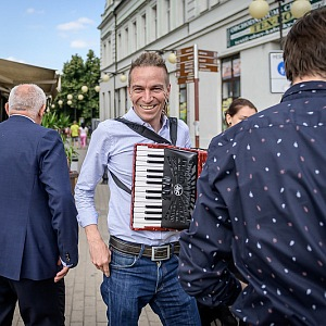 Bartoš s harmonikou.