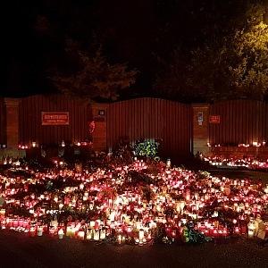 Na Bertramku proudily davy lidí položit svíčku a květinu na zpěvákovu poslední cestu.