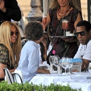 Beyoncé se svojí rodinou na oběde v L'Avenue.