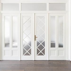 Bílé dveře ve vile v Šáreckém údolí