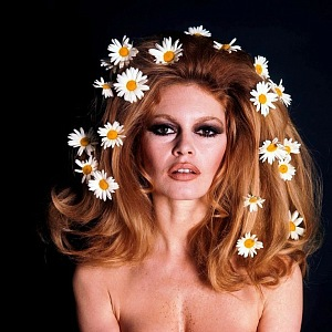 Brigitte Bardot s kopretinami ve vlasech