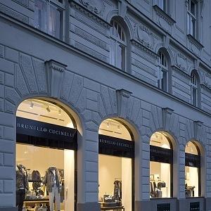 Interiér butiku Brunello Cucinelli v Praze