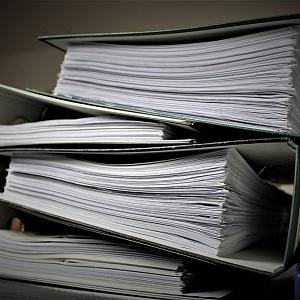 Papírování na úřadech je typické.
