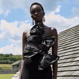 Žena v černých šatech s mašlí