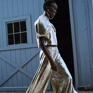 Žena ve stříbrném outfitu