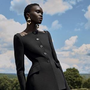 Žena v černém elegantním saku