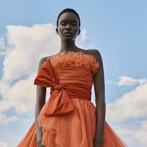 Žena v oranžových tylových šatech