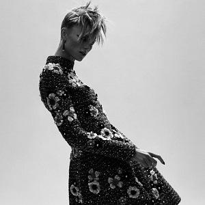 Žena v květovaných šatech Chanel Haute Couture Fall 2020