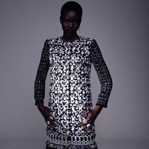 Žena v bílo-černých šatech Chanel Haute Couture Fall 2020