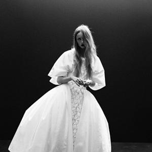 Žena v bílých šatech Chanel Haute Couture Fall 2020