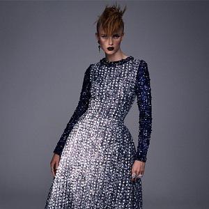 Žena v modrých šatech Chanel Haute Couture Fall 2020