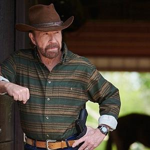 Chuck Norris je milovník bojového umění a zbraní.