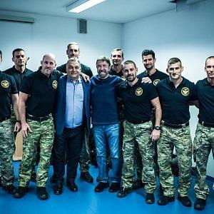 Chuck Norris s vojáky.