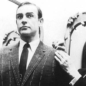 Oblek upravuje sám mistr Anthony Sinclair.