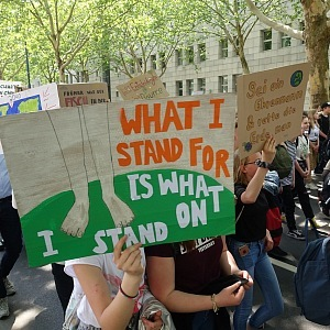 Stávka spočívala v tom, že se zavřely některé školy. Žádné srocování mozků na náměstích.