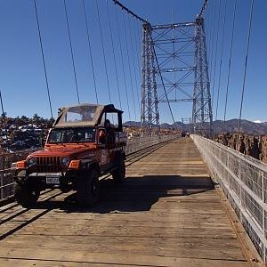 Jeepem přes jeden z nejvyšších mostů světa