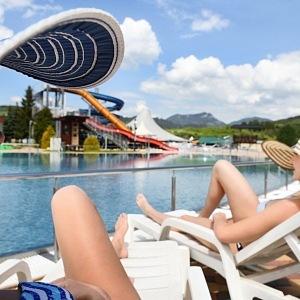 Relax u jednoho z mnoha bazénů.