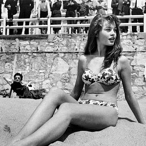 Brigitte Bardotová v roce 1953 na pláži