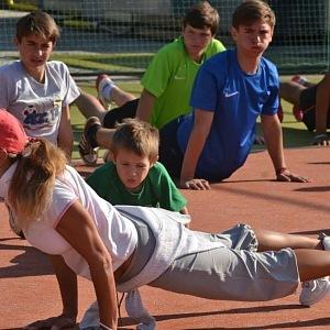 Dětem ze své nadace La Sophia jde příkladem a sama je trénuje.