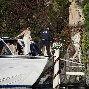 Hostě přijížděli na luxusních lodích.