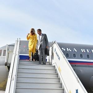 S manželkou Monikou musí často na zahraniční cesty.