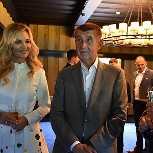 Monika vzala svého chotě dokonce na pražský fashion week.
