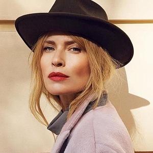 Daniela Peštová má na sobě fialový kabát a černý klobouk