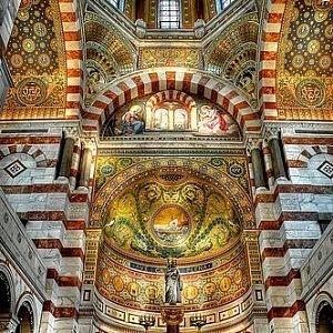 Interiér baziliky Notre-Dame de la Garde v Marseille.